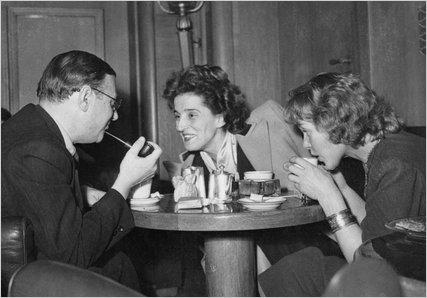 (newyorktimes.com) Sartre cerca di convincere due parigine che dargliela sarebbe un coraggioso atto di emancipazione
