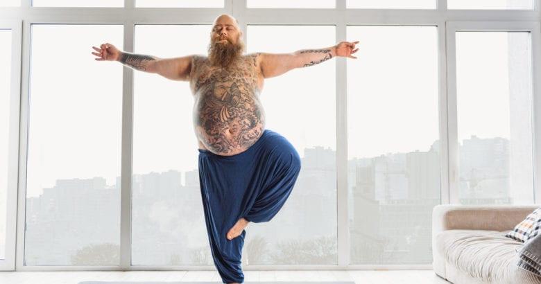 uomo con pancia fa yoga