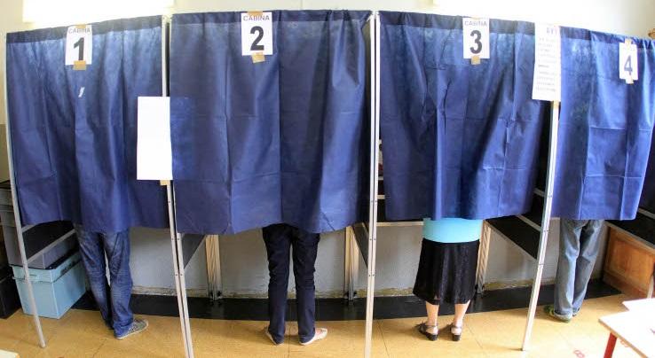 Le cabine piene di un seggio nella scuola Locatelli in via Veglia a Milano oggi, 12 giugno 2011, durante la votazione per i referendum. MATTEO BAZZI / ANSA