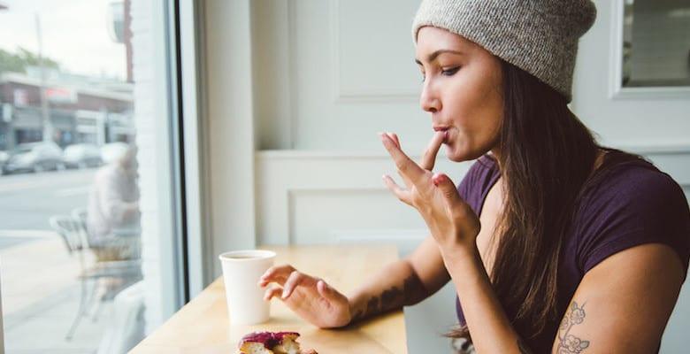 donna che mangia