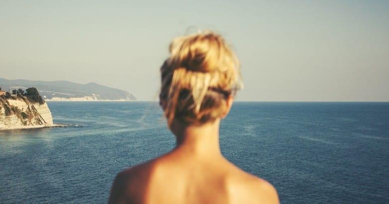 donna in vacanza al mare e sole