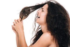 donna con spazzola tanti capelli
