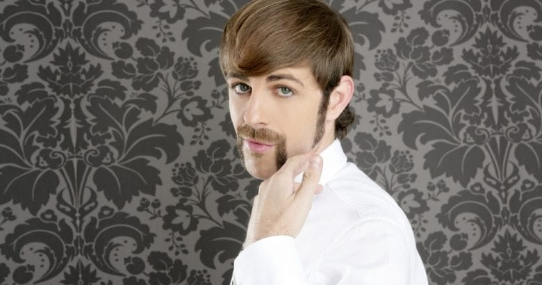 uomo con i baffi
