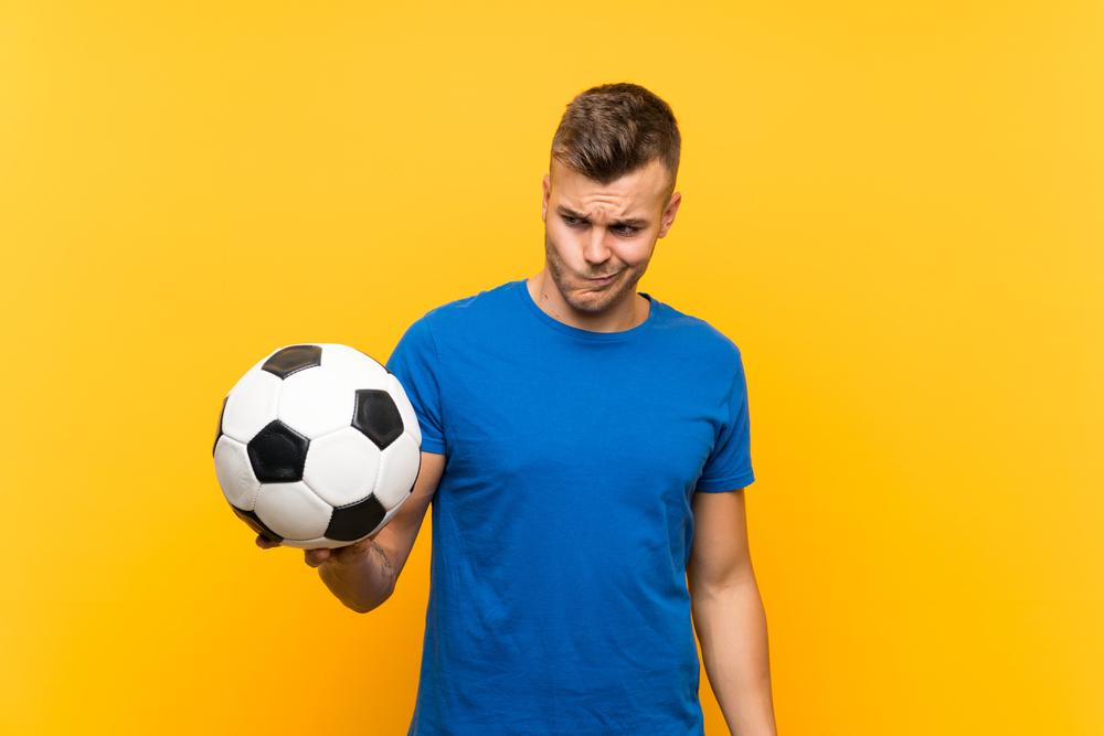 uomo a cui non piace il calcio