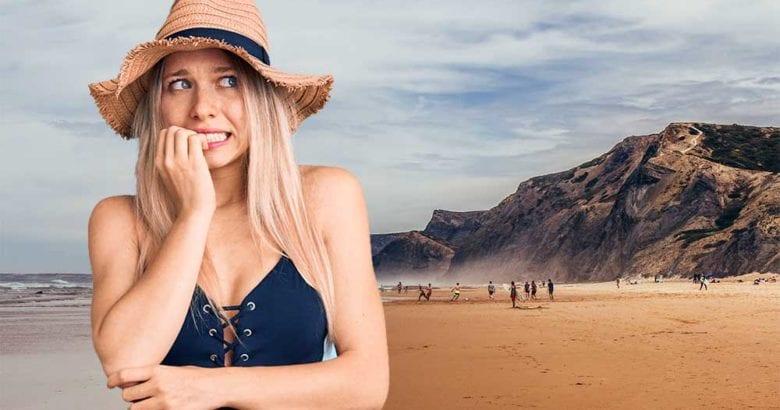 donna ansiosa in spiaggia