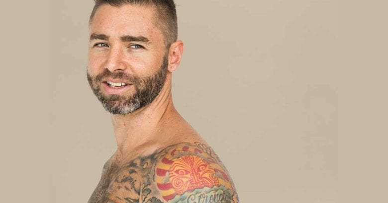 uomo tatuato